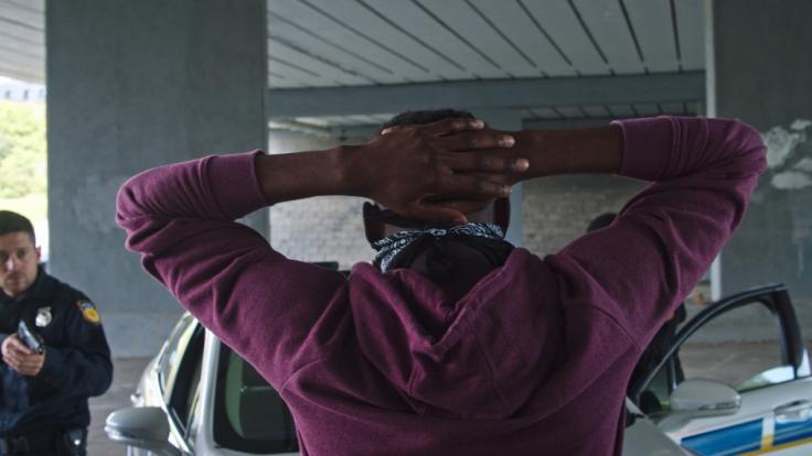 Ein 32 Jahre alter Mann aus Virginia kämpft um sein Leben, nachdem er von einem Polizisten angeschossen wurde.