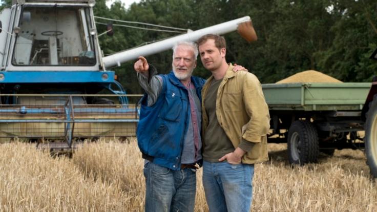 Bauern Johannes (Ernst Stötzner) sähe es gern, wenn Sohn Felix (Christoph Schechinger) in seine Fußstapfen tritt. (Foto)