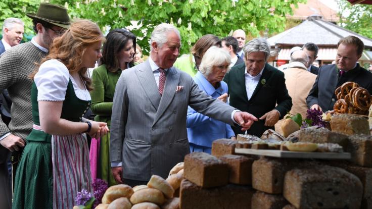 Charles und Camilla auf dem bayerischen Bio-Bauernhof. (Foto)