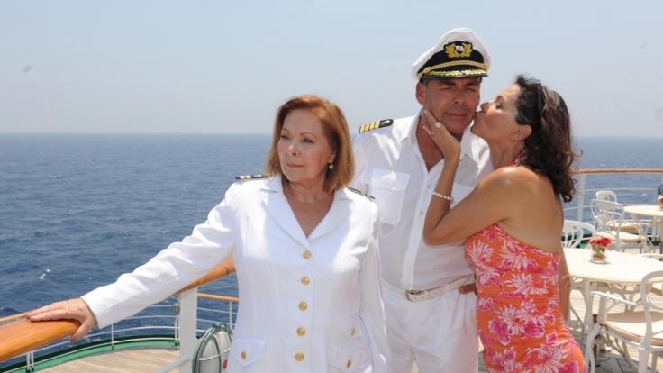 Kapitän Victor Burger (Sascha Hehn, Mitte) wird an Bord des Traumschiffs gnadenlos von Josephine Mellert angeflirtet. (Foto)