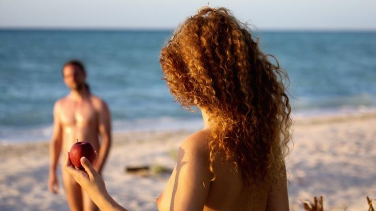 In der neuen Datingshow Adam sucht Eva - Gestrandet im Paradies schickt RTL Singles völlig nackt zum ersten Date.