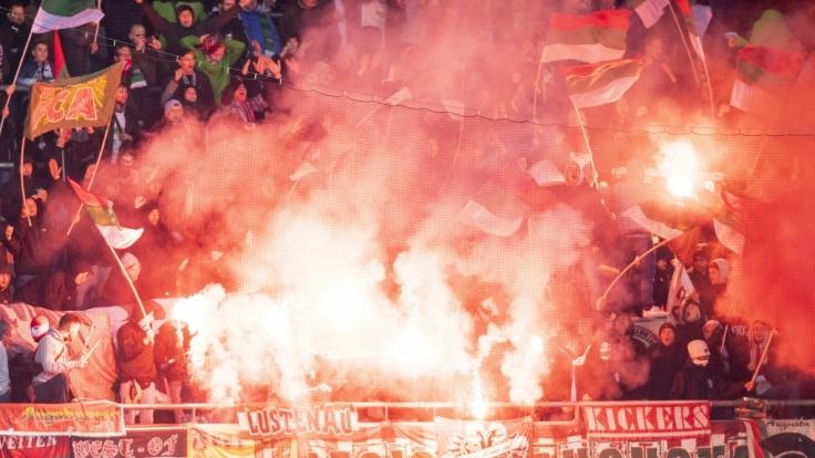 Mit vollem Einsatz stehen die Fans vom FC Augsburg hinter ihrem Verein. (Symbolbild) (Foto)