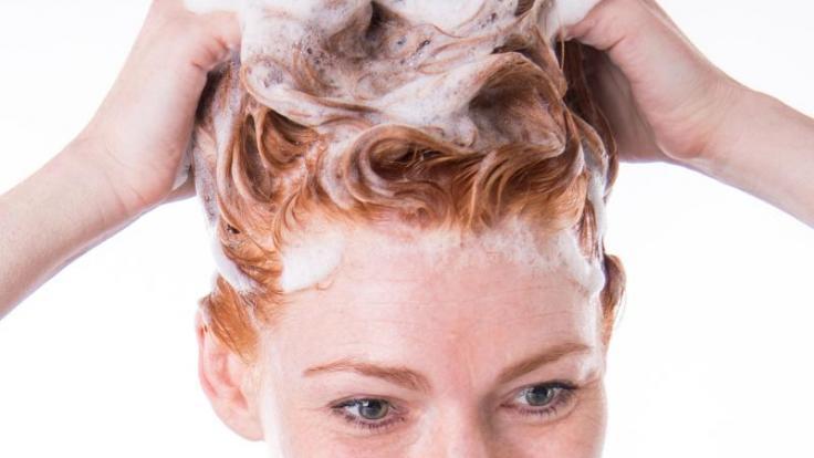 Keines der getesteten Farbschutz-Shampoos hält sein Versprechen, die Farbintensität zu verlängern. (Foto)