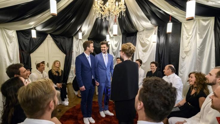 """Happy end bei """"Sturm der Liebe"""": Umringt von Hochzeitsgästen geben sich Boris (Florian Frowein, l.) und Tobias (Max Beier, M.) das Ja-Wort. (Foto)"""
