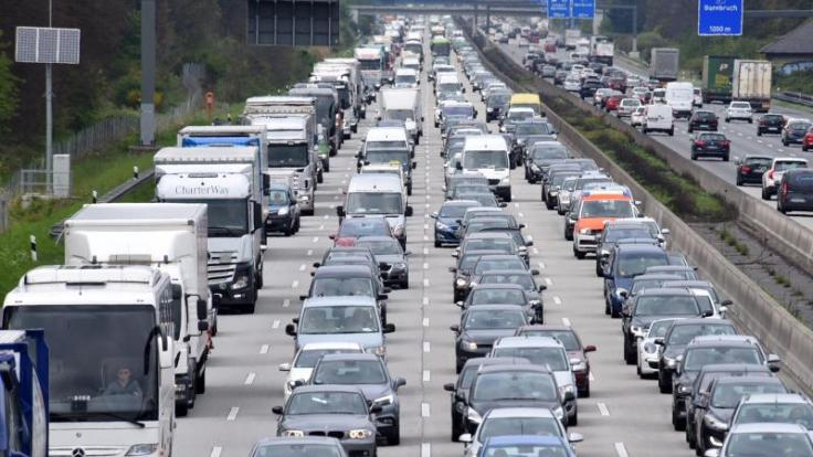 Wegen des langen Wochenendes könnte sich der Verkehr mancherorts kilometerlang stauen.