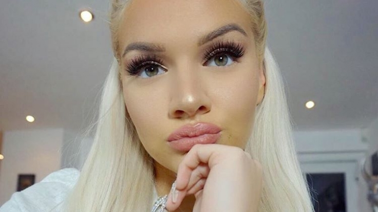 Wasserstoffblonde Haare und großzügiges Make-Up sind das Markenzeichen von Youtuberin Shirin David. (Foto)