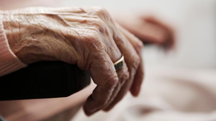 Eine Seniorin wäre in Halle beinahe vergewaltigt worden. (Foto)