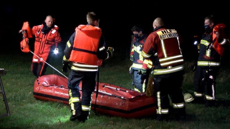 Feuerwehrleute waren mit einem Boot im Einsatz. (Foto)