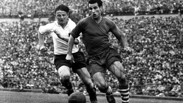 HSV-Legende Erwin Piechowiak (li.), hier im Zweikampf mit Willi Koslowski vom FC Schalke 04 im Meisterschaftsendspiel 1958, ist im Alter von 84 Jahren gestorben. (Foto)