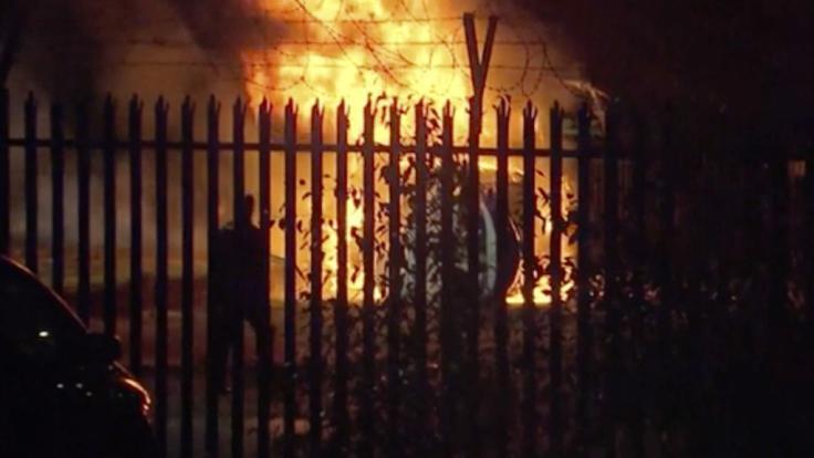 In unmittelbarer Nähe des Stadions des englischen Fußballclubs Leicester City ist der Helikopter von Clubbesitzer Srivaddhanaprabha abgestürzt und in Flammen aufgegangen.