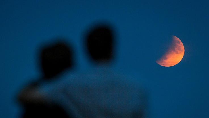Bei einer partiellen Mondfinsternis taucht der Vollmond nicht vollständig in den Kernschatten der Erde ein. (Foto)