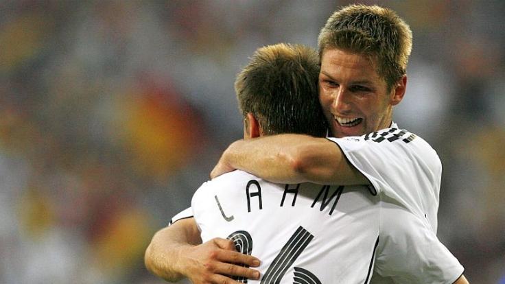 Komm her, Kleiner: Thomas Hitzlsperger umarmt Philipp Lahm.