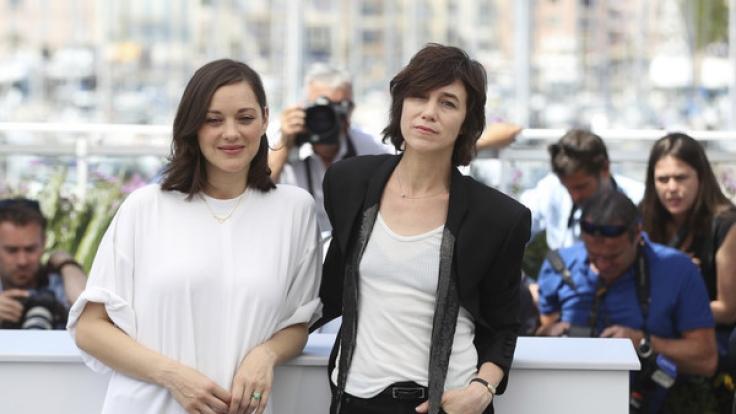 Die Schauspielerinnen Marion Cotillard und Charlotte Gainsbourg bei der Eröffnungsfeier der 70. Filmfestspiele in Cannes am 17. Mai 2017.