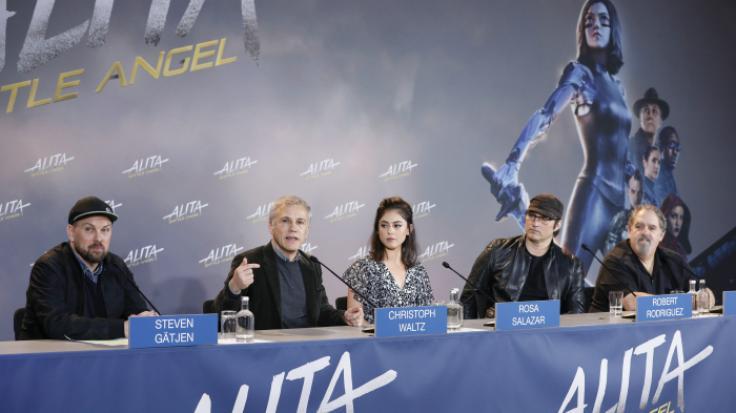 """Bei der Pressekonferenz zu """"Alita: Battle Angel"""" in Berlin (v.l.): Moderator Steven Gätjen, Christoph Waltz, Rosa Salazar, Robert Rodriguez und Jon Landau. (Foto)"""