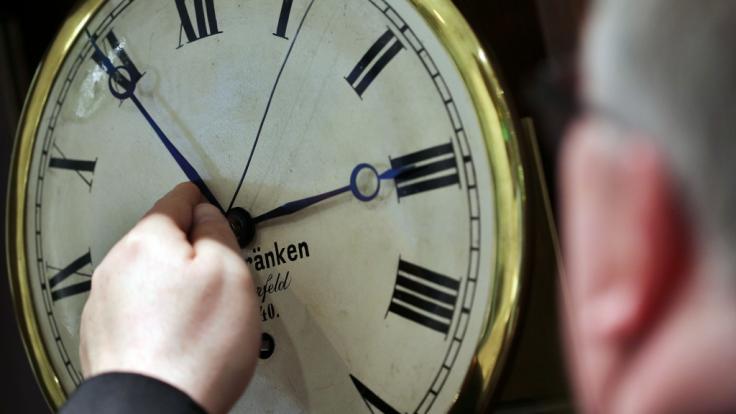 Noch stellen alle EU-Bürger die Zeit im März eine Stunde vor, und im Oktober eine Stunde zurück. Damit könnte schon bald Schluss sein.