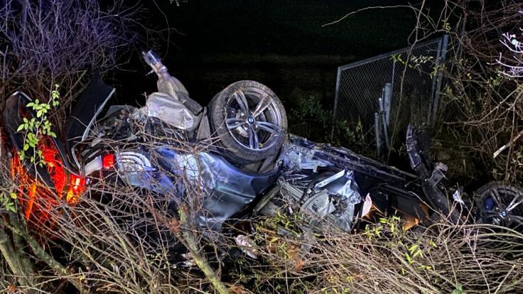 Bei einem Autounfall unweit von Eching in Bayern sind drei Personen verletzt worden, ein 20-jähriger Mann starb noch an der Unfallstelle. (Foto)