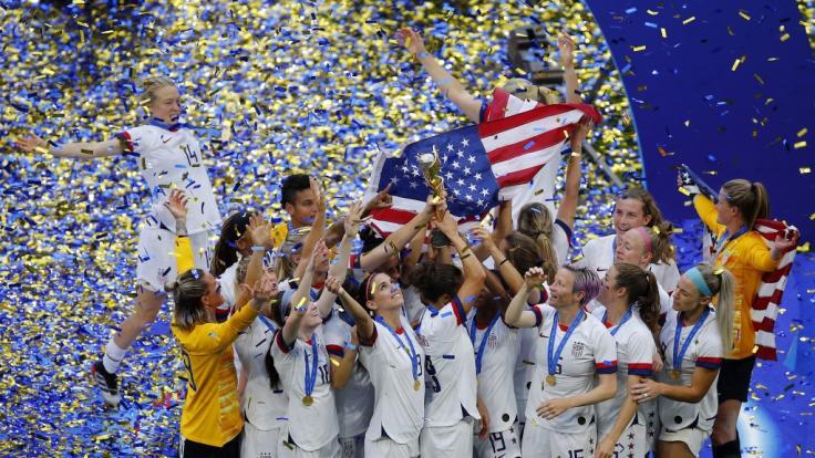 Spielerinnen des US-Teams halten gemeinsam die Trophäe. Die Fußballerinnen aus den USA sind zum vierten Mal Weltmeister.