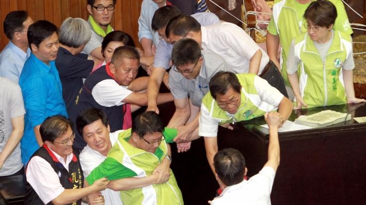 Gewalt im Parlament gibt es auch in Taiwan, wenn es beispielsweise um Atomkraft geht.