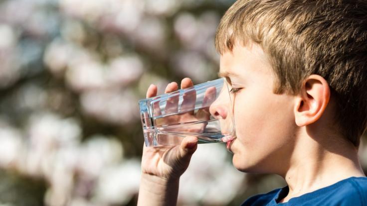 Der Junge starb, weil ihn seine Eltern zu viel Wasser trinken ließen.