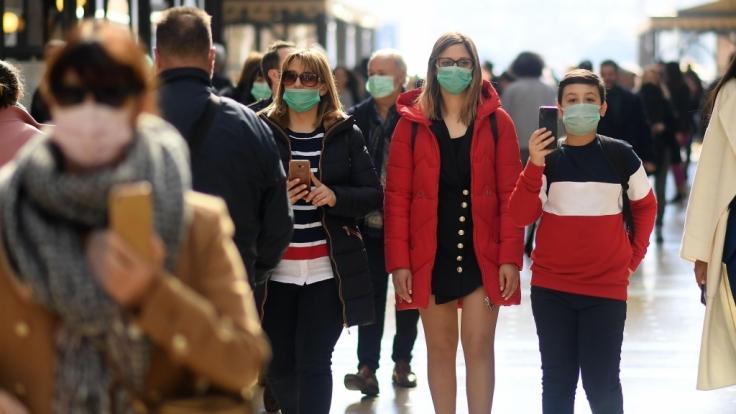 Menschen in Mailand tragen Mundschutz, um sich vor einer Infektion mit dem neuartigen Corona-Virus zu schützen. (Foto)