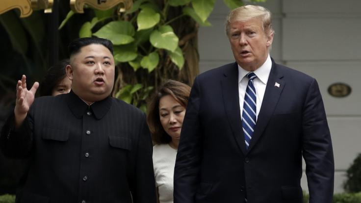 Kim Jong Un (l), Machthaber von Nordkorea, und Donald Trump, Präsident der USA, während ihres Treffens in Hanoi.