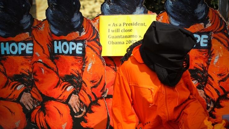 Aktivisten der Menschenrechtsorganisation Amnesty International demonstrieren für die Schließung des Gefängnisses Guantanamo. (Foto)