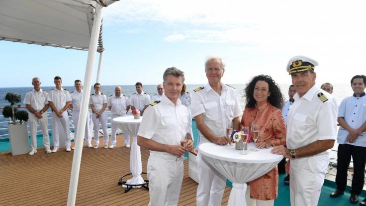 Mit Hanna Liebhold (Barbara Wussow, 2.v.r.) bereichert wieder eine Frau die Crew um Kapitän Burger (Sascha Hehn, r.), Oskar Schifferle (Harald Schmidt, 2.v.l.) und Dr. Sander (Nick Wilder, l.).