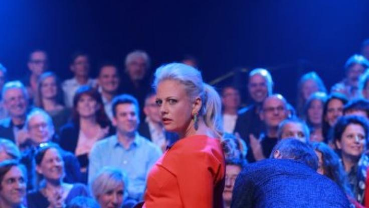 Na hoppla! Barbara Schöneberger platzt das Kleid und Günther Jauch eilt zu Hilfe. (Foto)