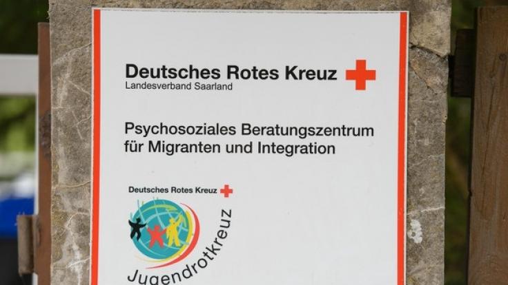 Das Schild am Gelände einer Beratungsstelle des DRK in Saarbrücken, in der am 07.06.2017 ein Syrer nach einem Streit einen Berater erstach.