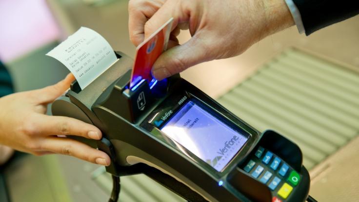 Finanztest warnt: Kartenzahlung kann jetzt richtig teuer werden. (Symbolfoto) (Foto)