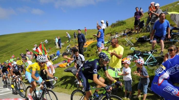Der Gesamtführende Vincenzo Nibali (gelb, Mitte.) konnte alle Angriffe seiner Konkurrenten um Alejandro Valverde (2.v.r.) abwehren. (Foto)