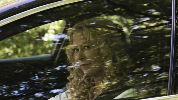 Jenny Elvers in der Rolle der Moderatorin und Journalistin Hanna Herzmann, die für eine neue Story recherchiert. Sie ahnt nicht, dass sie sich dabei selbst in große Gefahr bringt. (Foto)