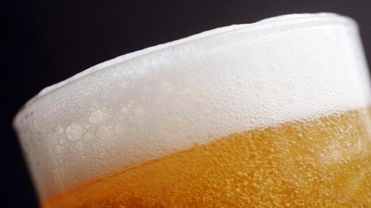 Gerade zum Thema Alkohol gibt es zahlreiche Mythen, die gefährliche Folgen haben können. (Foto)