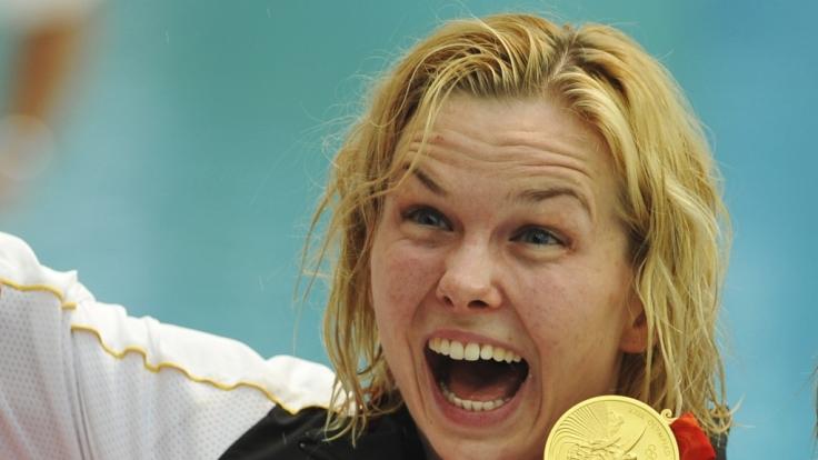 Britta Steffen feiert ihren Siege über 100-Meter-Freistil bei den Olympischen Spielen in Peking.