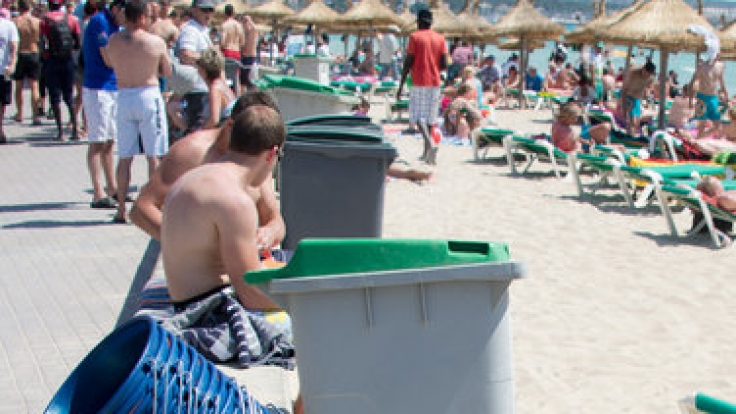 Das Ergebnis eines Eimer-Sammlers am Strand.