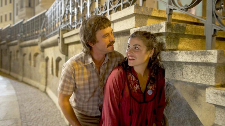 """Gregor (Peter Schneider) und Elke (Katharina Wackernagel) haben Prag als Zuflucht für ihre geheime Liebe auserkoren, um sich """"Jedes Jahr im Juni"""" treffen zu können. (Foto)"""