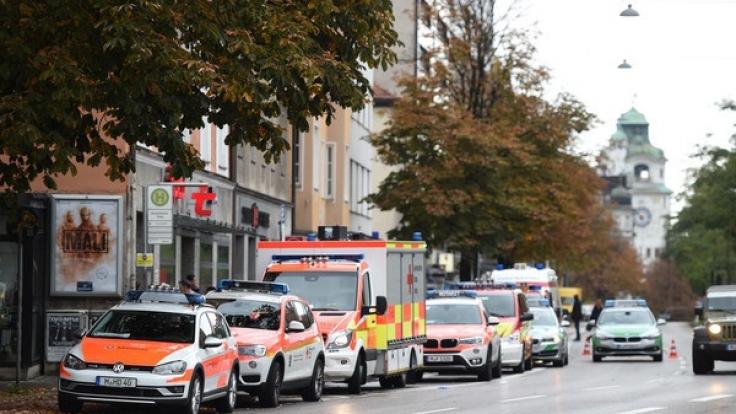 Polizei- und Rettungsfahrzeuge stehen am 21.10.2017 am Rosenheimer Platz in München. (Foto)
