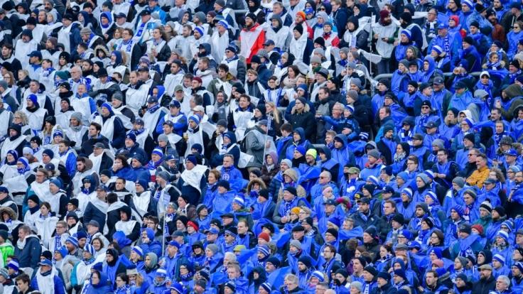 Die Fans vom SV Darmstadt 98 fiebern bei Wind und Wetter mit ihrem Verein. (Symbolbild)