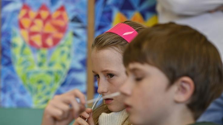 Schulkinder müssen sich jetzt vor dem Unterricht auf das Coronavirus testen lassen. (Foto)