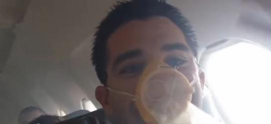 Jerry Banks filmt Rauch im Airbus