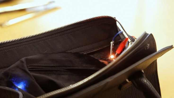 Ein Licht im Inneren der Tasche signalisiert, ob man sich bereits in der finanziellen Gefahrenzone befindet oder noch gemütlich weiter shoppen kann.