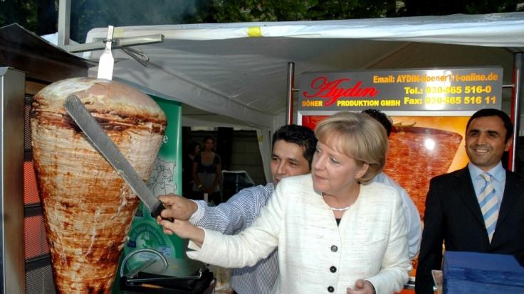 Dieses Anschneiden eines Döner Kebabs sorgte für Aufruhr. (Foto)