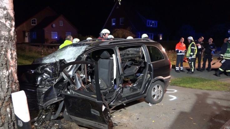 Der Unfallwagen mit den sechs Kindern an Bord krachte mit voller Wucht gegen einen Baum. (Foto)