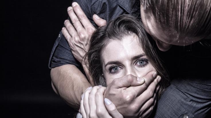 Eine Frau wurde zwei Monate lang in einem Container festgehalten und angekettet. (Symbolbild) (Foto)