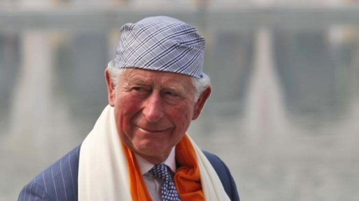 Prinz Charles mit sichtlich geschwollenen Händen in Indien. (Foto)