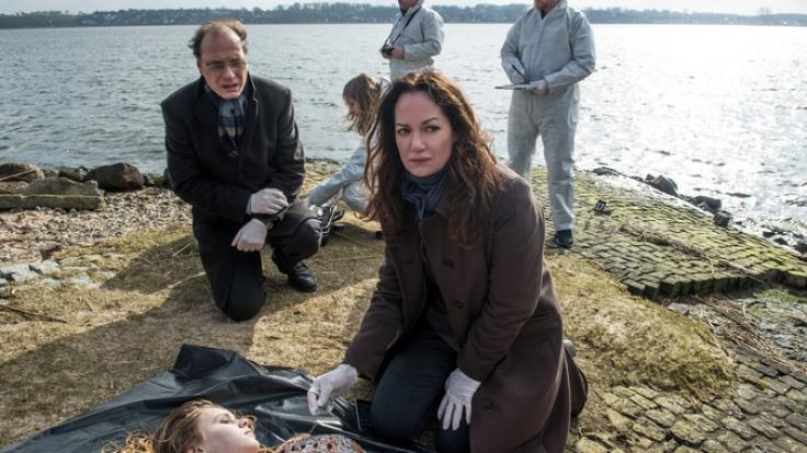 Kommissarin Jana Winter (Natalia Wörner) stellt fest, dass sich das junge Mädchen regelmäßig selbst verletzt hat und eine Rasierklinge als Kette um den Hals trägt. Was wurde dem Mädchen angetan? (Foto)