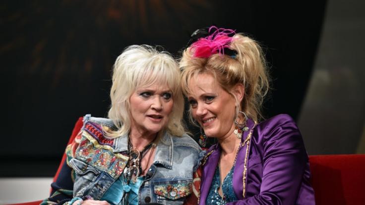 Comedienne Gaby Köster (l) und Schauspielerin Anna Schudt (r, als Gaby Köster) bei einer Drehpause zum Film