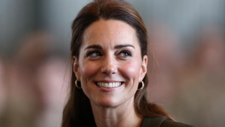 Kate Middleton hat das damenhafte Lächeln perfekt drauf - doch auch mit einem Gewehr kann Herzogin Kate tadellos umgehen. (Foto)
