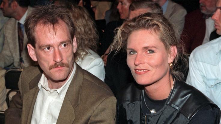 Das Archivbild vom 10.08.1996 zeigt die frühere Sprinterin Katrin Krabbe-Zimmermann zusammen mit ihrem Mann Michael Zimmermann. Der frühere Junioren-Vizeweltmeister im Rudern ist tot. (Foto)