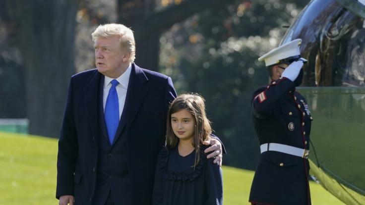 Donald Trump, Präsident der USA, spaziert mit seiner Enkelin Arabella Kushner über den Rasen des Weißen Hauses. (Foto)